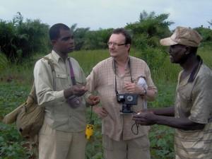 Discussions de l'importance des braconides et apoïdes avec un agriculteur dans son champ de niébé
